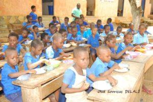 Reparto de la comida en Kpalimé (Togo)